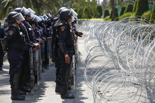 الشرطة التايلاندية تسعى إلى السيطرة على مواقع استراتيجية وتهدد باعتقال قادة الإحتجاجات