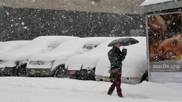 مصرع 22 خلال أسبوع بسبب العاصفة الثلجية شمال شرق الولايات المتحدة (فيديو)