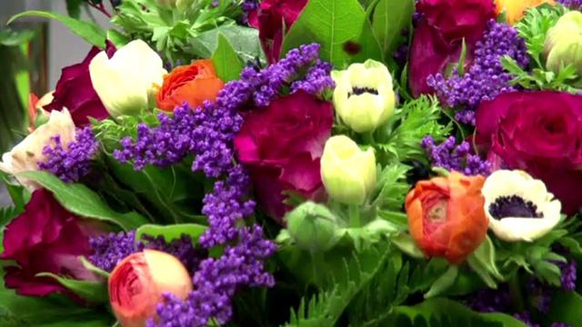 شركة فرنسية تسابق الزمن لتجهيز 25 ألف باقة زهور لعيد الحب
