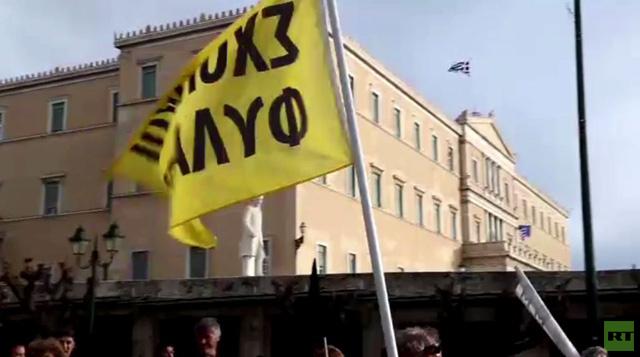 اليونان: شرطة مكافحة الشغب تمنع مناهضي التقشف من اقتحام الوزارات (فيديو)