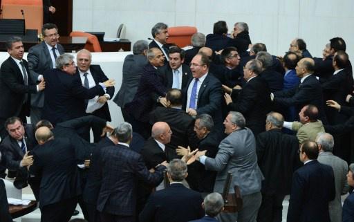 البرلمان التركي يتبنى قانونا يعزز سيطرة الحكومة على القضاء
