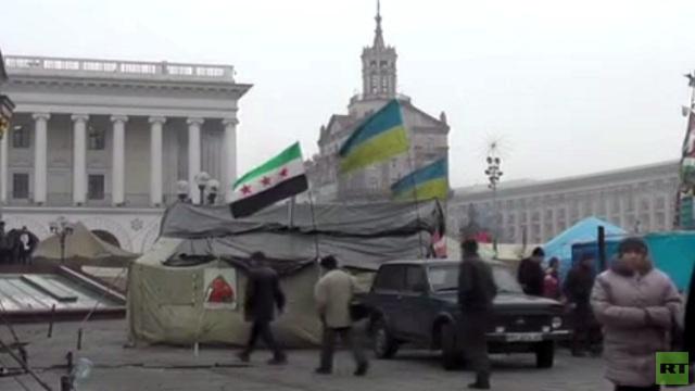 بالفيديو ...المحتجون في ساحة الاستقلال بكييف يحملون علم المعارضة السورية