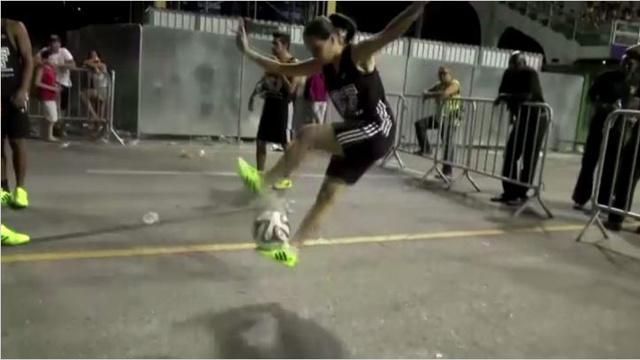 بالفيديو.. مدرسة سامبا برازيلية تقدم عرضا يمزج بين الرقص وكرة القدم في كرنفال عام 2014