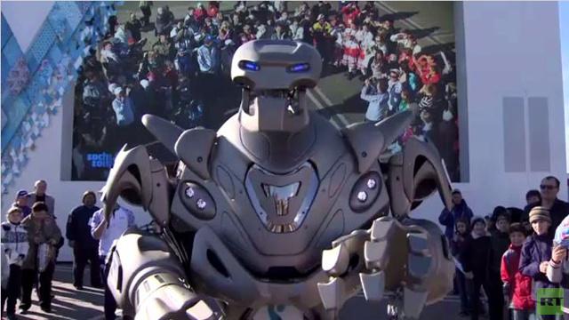 بالفيديو.. الروبوت العملاق تايتان يزور سوتشي