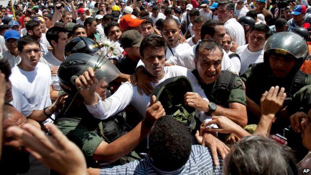 زعيم المعارضة الفنزويلية يسلم نفسه للسلطات (فيديو)