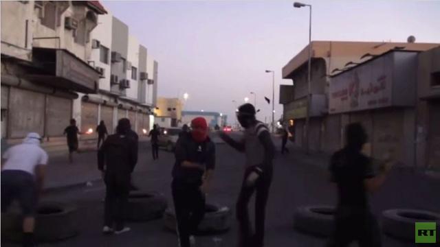محتجون في النويدرات البحرينية يرشقون الشرطة بقنابل حارقة (فيديو)