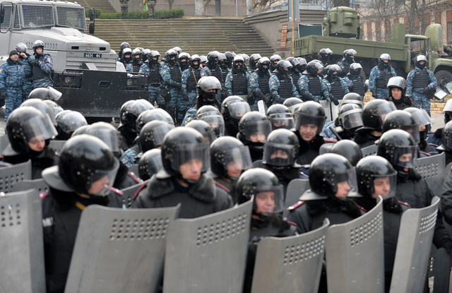 الإعلان عن بدء عملية لمكافحة الإرهاب في أوكرانيا وإرسال تعزيزات عسكرية إلى كييف