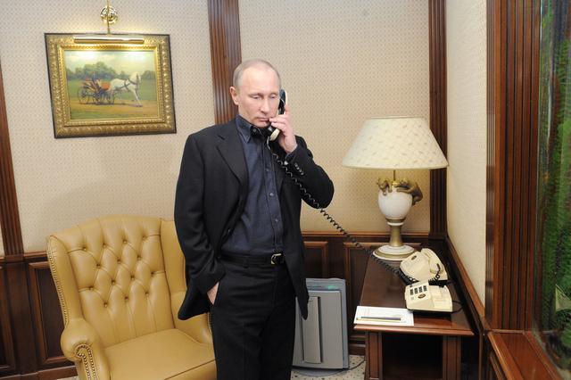 بوتين وأوباما يبحثان في مكالمة هاتفية الوضع في أوكرانيا وسير عملية إتلاف الكيميائي السوري