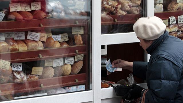 الأوكرانيون يقفون في طوابير طويلة لشراء المواد الغذائية والسلطات تنفي وجود أي عجز