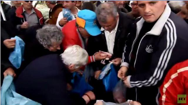 بالفيديو.. اشتباكات وطوابير في سوق في أثينا أثناء توزيع لحوم مجانية بمناسبة ثلاثاء المرفع