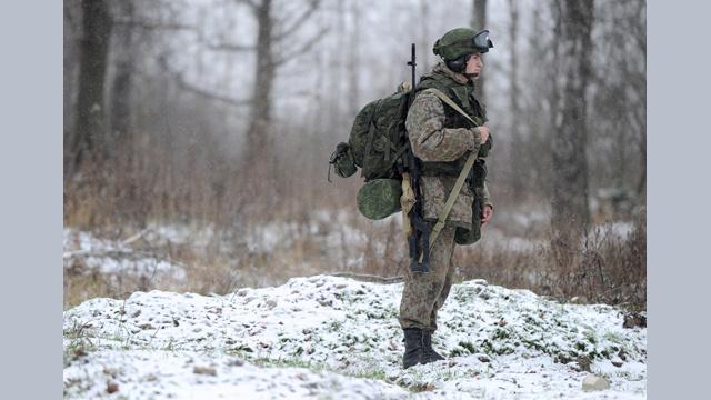 بالفيديو..اختبار طقم جديد لتجهيزات القوات البرية الروسية