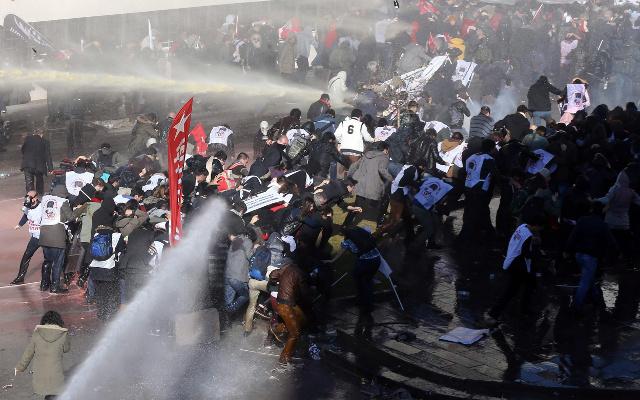 الشرطة التركية تطلق الغاز المسيل للدموع لتفريق المتظاهرين في اسطنبول