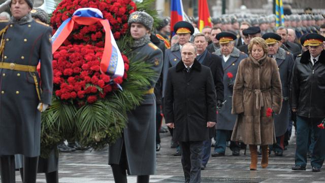 في عيد حماة الوطن .. بوتين يضع إكليلا من الزهور على نصب الجندي المجهول في موسكو