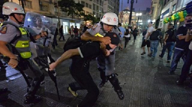 تفريق تظاهرة للمحتجين على تنظيم كأس العالم لكرة القدم في البرازيل واعتقال 230 شخصا