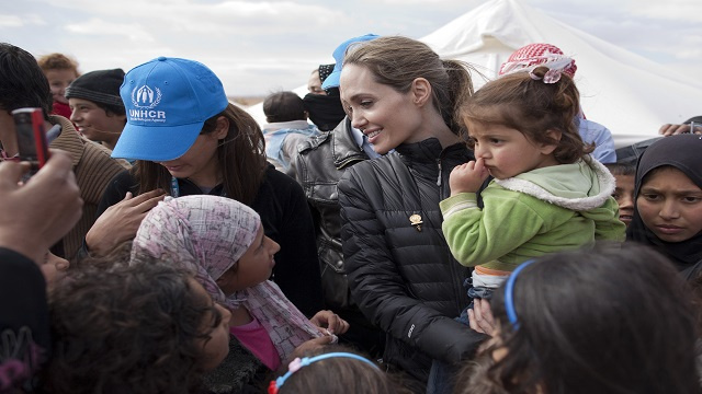 أنجيلينا جولي تزور مخيمات اللاجئين السوريين بلبنان