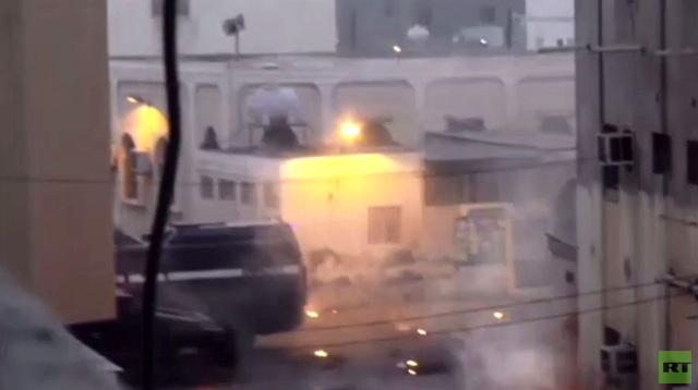 بالفيديو: اشتباكات بين الشرطة البحرينية ونشطاء معارضين أثناء تشييع إعلامي غرب المنامة