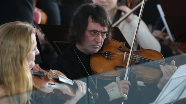 المايسترو يوري باشميت يقيم حفلة للموسيقى السيمفونية في محطة القطار بسوتشي