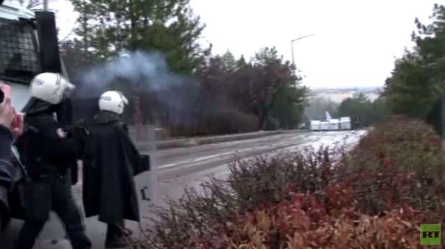 الشرطة التركية تستخدم خراطيم المياه لتفريق محتجين بأنقرة (فيديو)