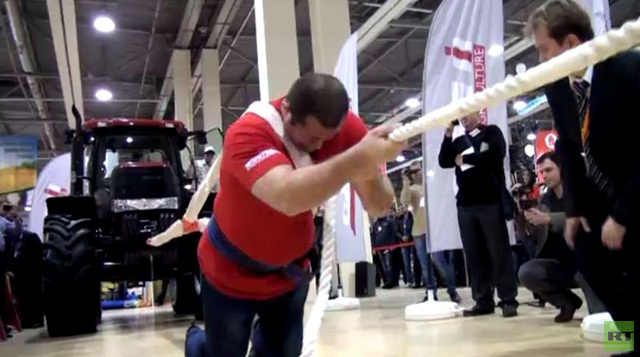 رجل روسي يشد جرارا يزن 8 طن (فيديو)