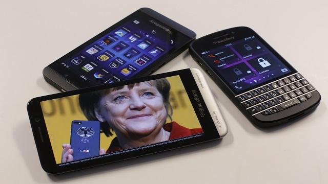 بلاكبيري تحاول النهوض من كبوتها بعرض هاتفين محمولين في برشلونة