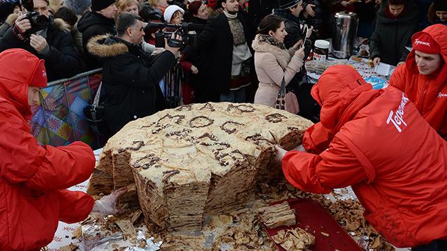 فطيرة عملاقة تعرض في وسط موسكو بمناسبة عيد المرافع (فيديو)