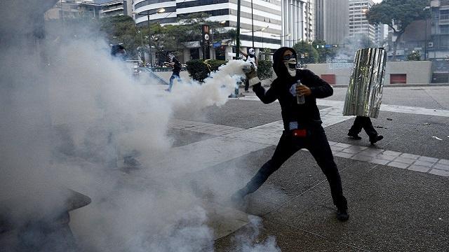 20 مصابا في تجدد الاحتجاجات بمدن فنزويلا