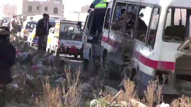 قتيلان و8 جرحى في انفجار استهدف حافلة للجيش اليمني في صنعاء (صور + فيديو)