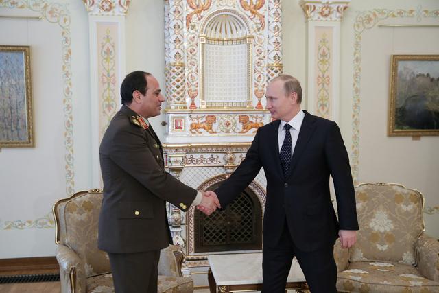 مصافحة الرئيس الروسي فلاديمير بوتين ووزير الدفاع المصري المشير عبد الفتاح السيسي