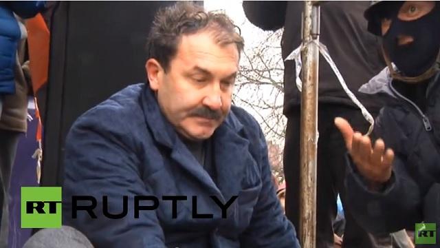 معارضون يكبّلون رئيس مقاطعة أوكرانية أمام الجمهور ( فيديو)