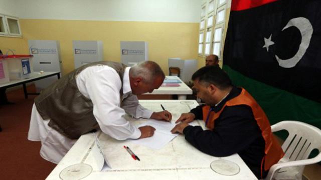 الليبيون ينتخبون لجنة لصياغة الدستور على خلفية تدهور الوضع الأمني في البلاد