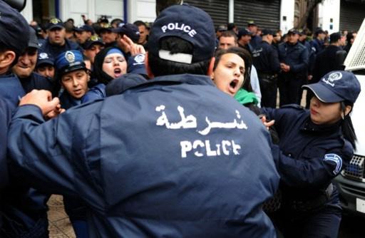 بالفيديو.. الشرطة الجزائرية تلقي القبض على محتجين على ترشح بوتفليقة للرئاسة