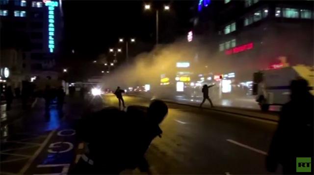 شرطة مكافحة الشغب التركية تخلي الشوارع من المتظاهرين (فيديو)