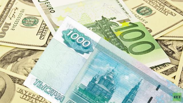 المركزي الروسي يتدخل لتهدئة الأسواق بعد تراجع الروبل إلى مستويات قياسية