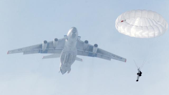 إنزال 500 مظلي روسي في إطار تدريبات القيادة والأركان