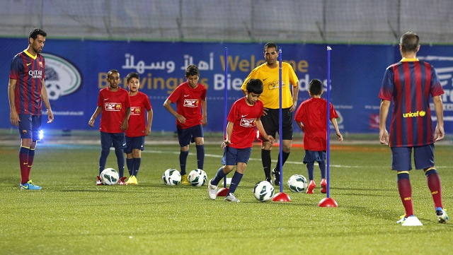 برشلونة يتضامن مع أطفال قرية فلسطينية ويهديهم 10 كرات