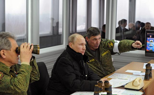 بوتين يتابع مناورات القوات الروسية في مقاطعة لينينغراد (فيديو)