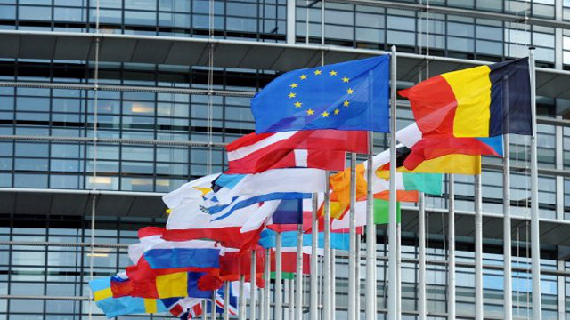 الاتحاد الأوروبي يؤكد دعمه لجهود كييف لبسط الاستقرار في أوكرانيا ويعدها بمساعدات مالية