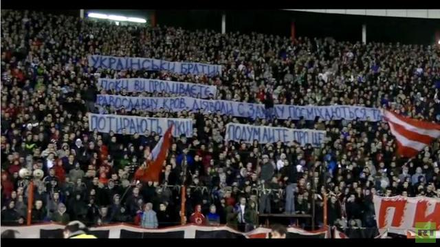 بالفيديو.. مشجعو كرة القدم في صربيا يحذرون الأوكرانيين من