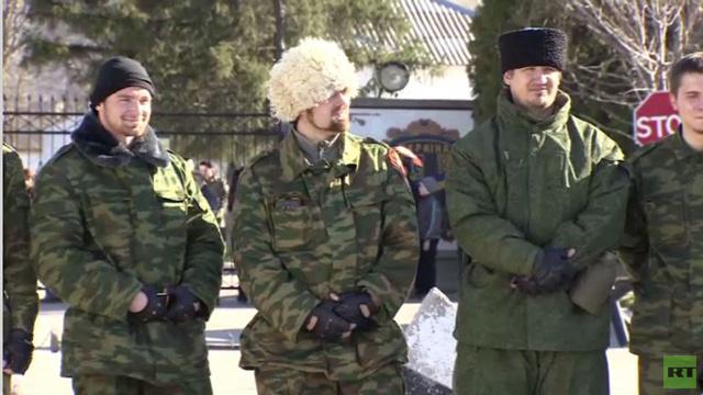 قوزاق القرم يصلون إلى قاعدة عسكرية أوكرانية قرب سيمفيروبل (فيديو)