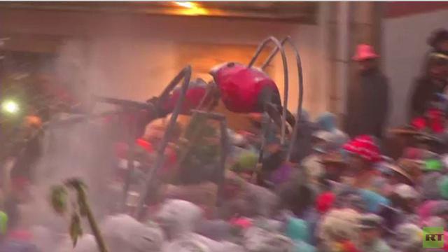 بالفيديو.. تراشق بالدقيق والنمل في مهرجان الجنون بقرية لازا الإسبانية