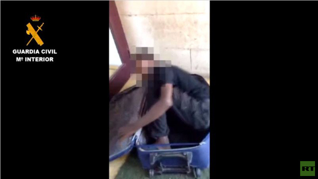 بالفيديو.. العثور على شاب أراد الهرب إلى إسبانيا في حقيبة سفر