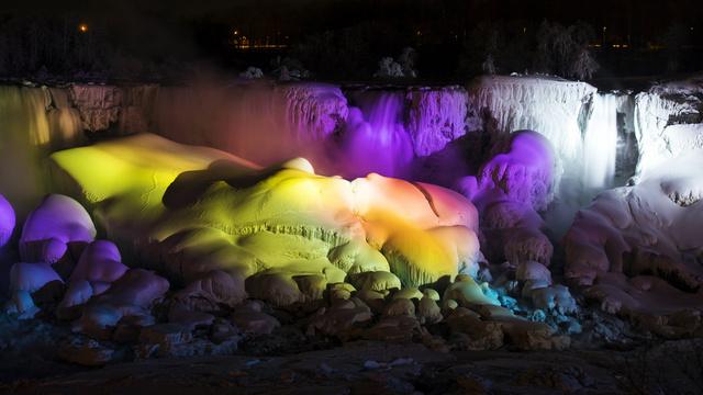 صور .. البرد القارس يجمد شلالات نياغارا ويحولها إلى لوحة فنية