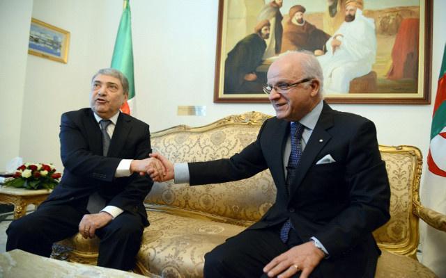 علي بن فليس يقدم أوراق ترشحه للرئاسة في الجزائر