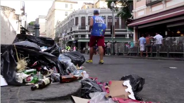 بالفيديو.. ريو دي جانيرو تعاني من القمامة بعد الكرنفال