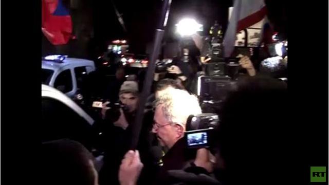 مبعوث أممي الى القرم يلجأ لمقهى بعد محاصرته من قبل متظاهرين ( فيديو)