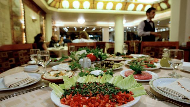 فلسطيني يفقد عمله في مطعم لبناني بسبب لهجته