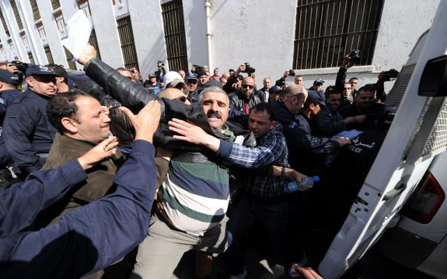 الشرطة الجزائرية تعتقل 40 شخصا في مظاهرة مناهضة لترشح بوتفليقة للرئاسة