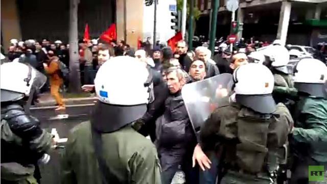 الشرطة اليونانية تشتبك مع محتجين ضد التقشف ( فيديو)