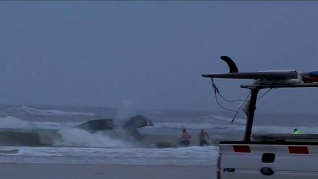 بالفيديو.. إنقاذ حامل وأطفالها من سيارة غمرتها أمواج المحيط