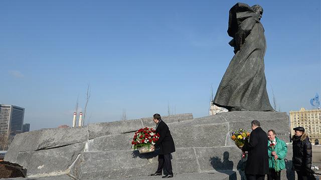 إزاحة الستار عن تمثال الشاعر الأوكراني الكبير تاراس شيفتشينكو في موسكو